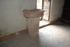 40 Acquasantiera su colonna romana