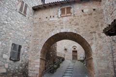 04 Porta del monastero visto dal vicolo che scende