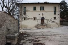 60 Fontanella e edificio lesionato